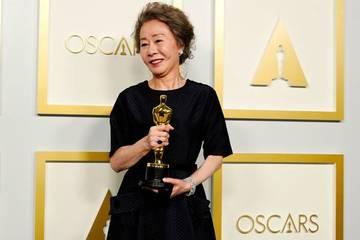 74 tuổi giành tượng vàng Oscar 2021, Youn Yuh Jung còn gây xúc động bằng sự quật cường của một bà mẹ đơn thân