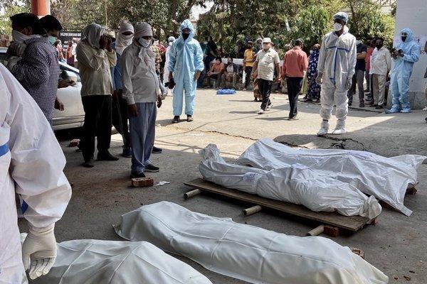 Ấn Độ: Hết chỗ xử lý, xác chết để cùng phòng với bệnh nhân đang điều trị
