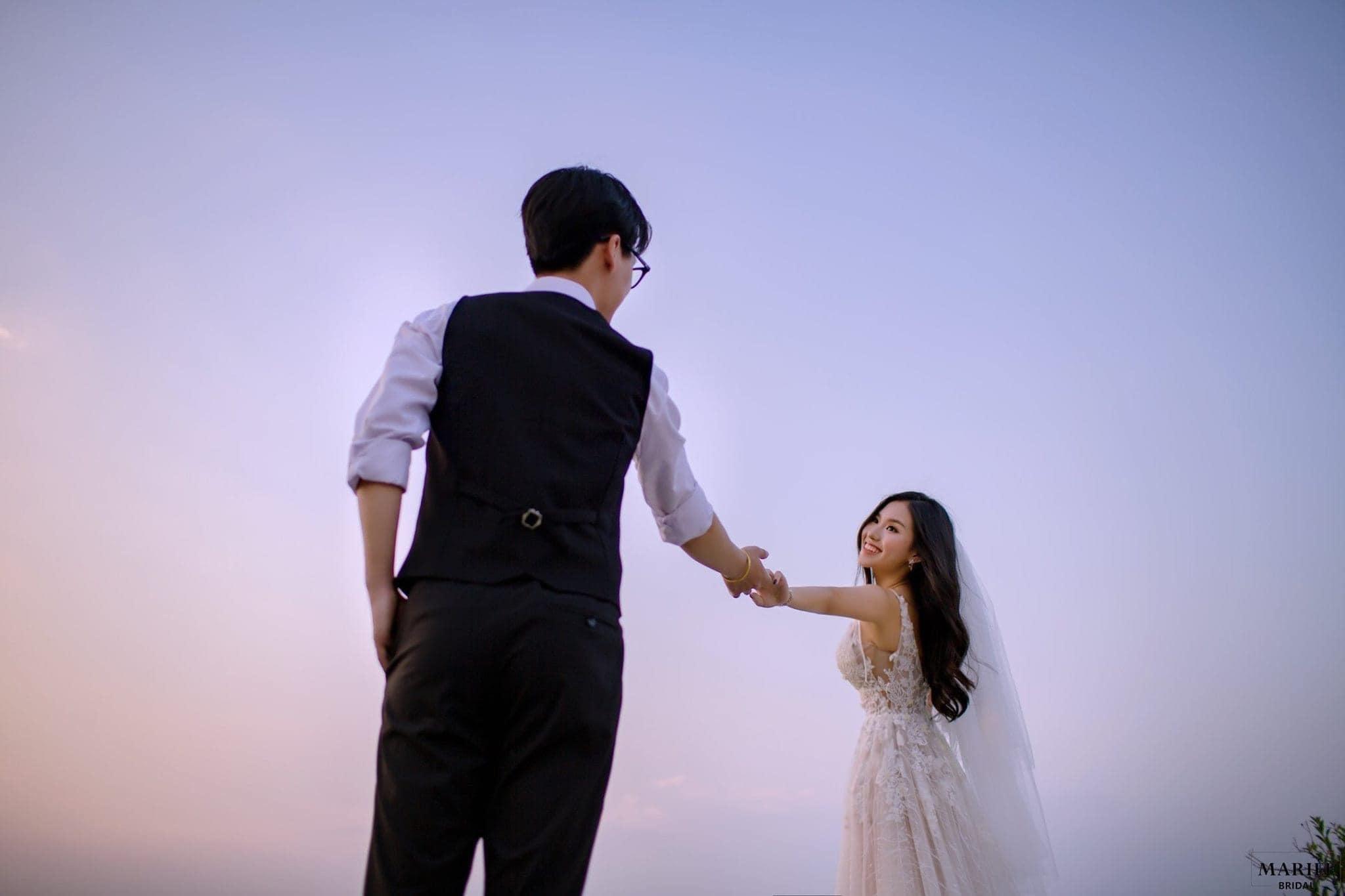 Cặp đôi 'trai tài gái sắc' gây bão mạng với khoảnh khắc tình tứ dưới hoàng hôn