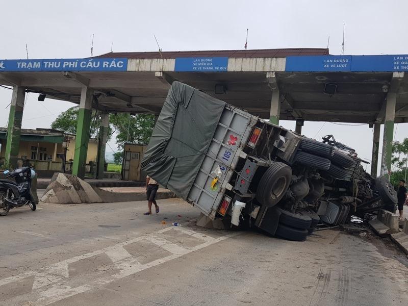 Đâm vào trạm thu phí 'bỏ hoang', xe tải chở dưa hấu lật nhào, nát bét phần đầu