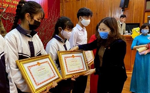 Bộ GD&ĐT tặng bằng khen cho 1.355 học sinh đoạt giải quốc gia