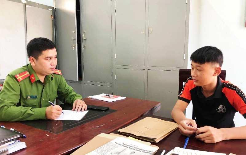 Nghệ An: Triệu tập thanh niên không đội mũ bảo hiểm, dùng chân điều khiển xe máy