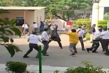 Bệnh nhân Covid-19 ở Ấn Độ qua đời, người nhà cầm gậy đuổi đánh bác sĩ