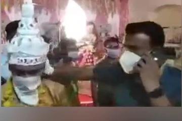 Quan chức Ấn Độ xô đẩy, đánh vào gáy đám đông vi phạm lệnh giới nghiêm