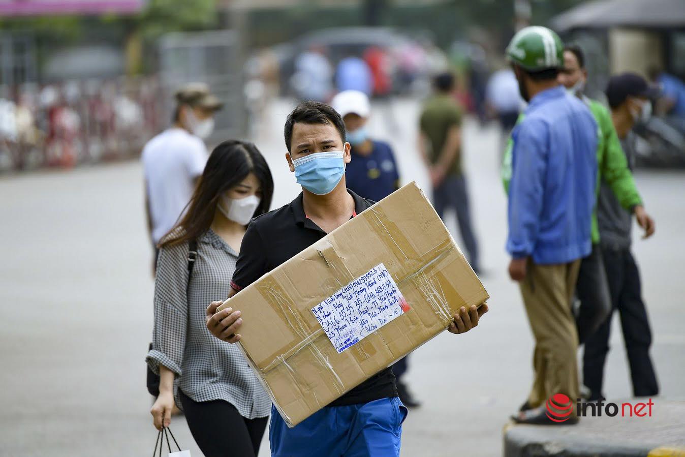 Đi siêu thị, đến bến xe, nhiều người Hà Nội vẫn 'quên' khẩu trang