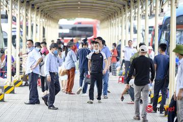 """Đi siêu thị, đến bến xe, nhiều người Hà Nội vẫn """"quên"""" khẩu trang"""