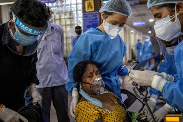 Người dân Ấn Độ liều lĩnh tự chế oxy tại nhà giữa 'cơn bão' Covid-19