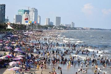 Các bãi biển khắp nước ken đặc người trong ngày nghỉ lễ