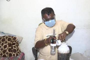 Người đàn ông bán cả trang sức của vợ, cho miễn phí bình oxy để giúp bệnh nhân Covid-19