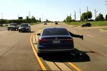 Thấy bạn gái cũ chở người lạ, chàng trai đu bám ngoài xe ô tô đầy nguy hiểm