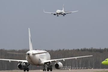 Trung Quốc: Kinh hoàng cơn bão mạnh 'thổi quay' máy bay trên đường băng