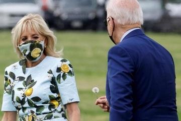Khoảnh khắc Tổng thống Mỹ có cử chỉ lãng mạn với vợ