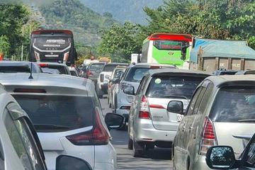 Tắc đường chưa từng có, Lâm Đồng kêu gọi dân chạy xe hai bánh để nhường đường cho khách