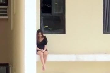 Clip: Hồi hộp giải cứu cô gái trẻ định tự tử, ngồi chênh vênh ở cửa sổ tầng 18 chung cư