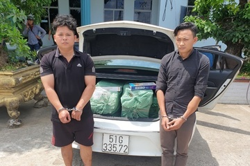 Long an bắt giữ xe ô tô chở gần 6.000 bao thuốc lá ngoại nhập lậu