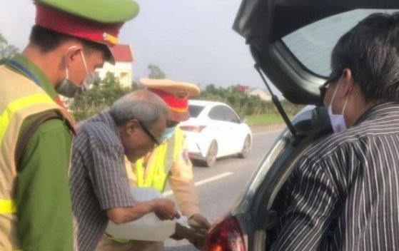 CSGT đi mua xăng, oằn mình đẩy xe ô tô qua trạm thu phí trên cao tốc