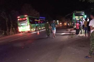 Băng qua đường khi trời tối, 2 nữ sinh đi xe đạp điện bị xe khách tông thương vong