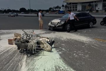 Tông xe máy chở sơn, đầu xe ô tô Mercedes ''ố'' loang lổ