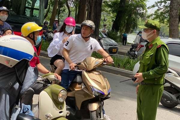 Hàng trăm người không khẩu trang ở Hà Nội bị phạt 1-3 triệu đồng