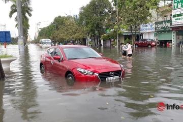 Thanh Hóa: Mưa lớn, nhiều tuyến đường giữa thành phố ngập nặng, ô tô chết máy trong biển nước