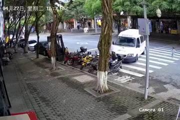 Chuyện kinh hoàng suýt xảy ra với bé gái 3 tuổi đi một mình sang đường