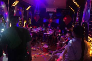 """Hà Nội: 'Nam thanh nữ tú' tổ chức """"bay lắc"""" trong quán karaoke bất chấp dịch bệnh"""