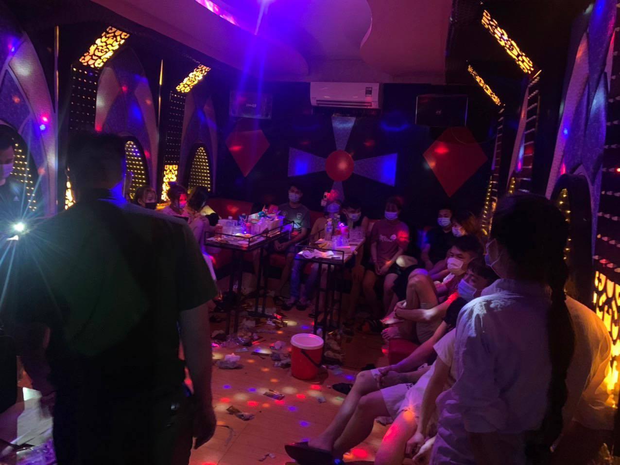 """Hà Nội: 'Nam thanh nữ tú' tổ chức 'bay lắc"""" trong quán karaoke bất chấp dịch bệnh"""