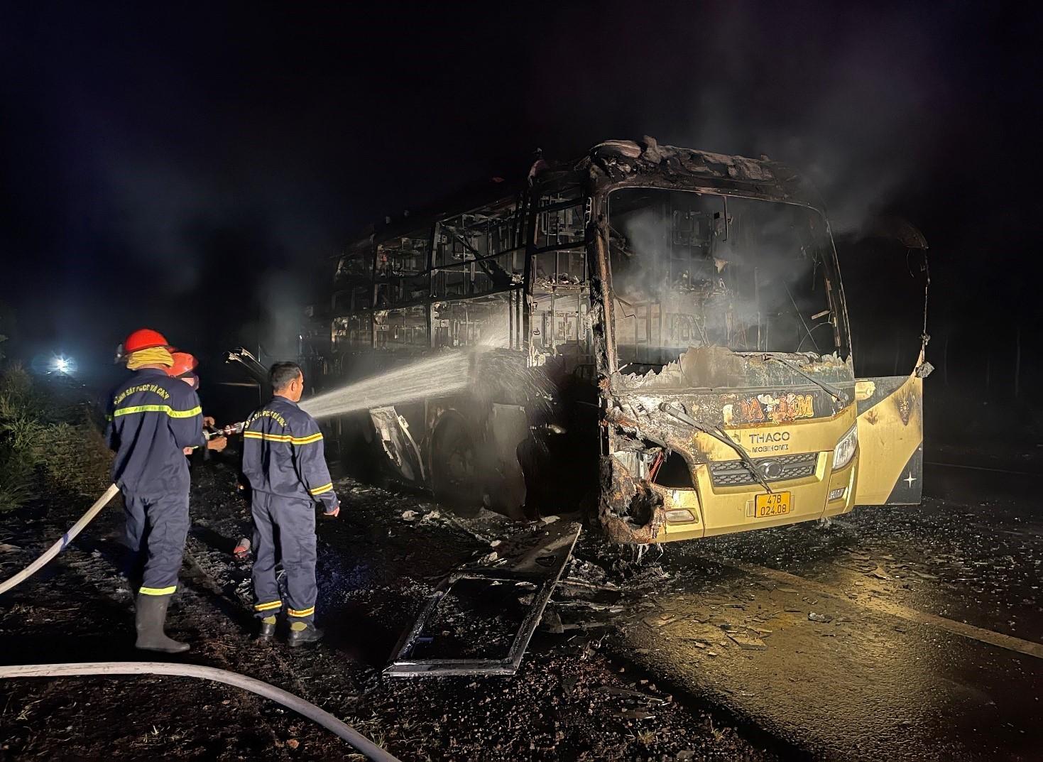 Đắk Nông: Xe khách bốc cháy dữ dội trong đêm