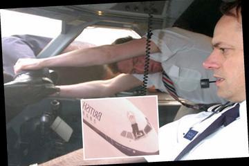 Bị hút ra khỏi máy bay, phi công sống sót thần kỳ