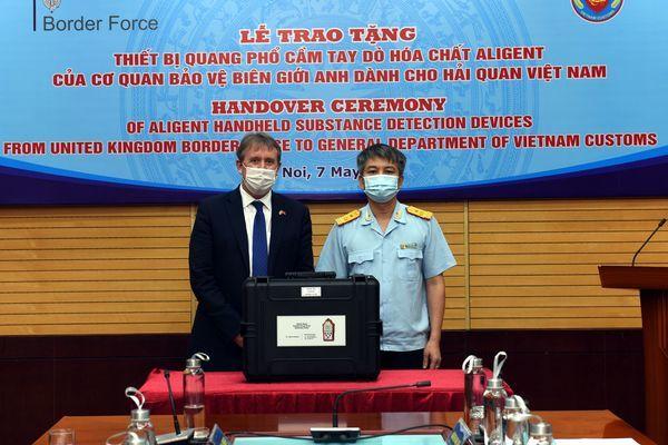Hải quan Việt Nam nhận 4 máy quang phổ phát hiện hóa chất