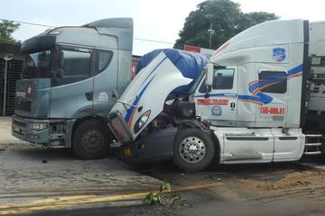 Hà Tĩnh: Hai xe đầu kéo va quệt, dính chặt vào nhau giữa quốc lộ, dầu chảy đầy đường