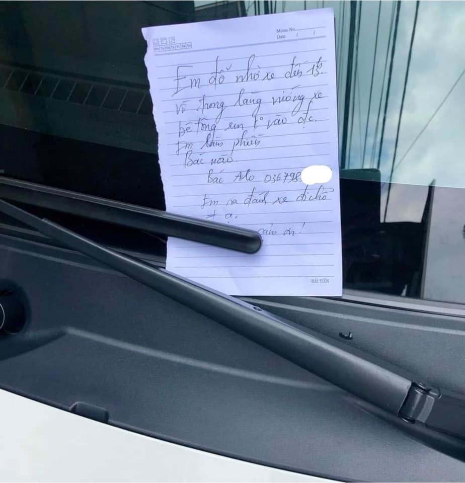 Đỗ xe chặn cửa hàng người ta nhưng tài xế lại được khen 'văn minh' nhờ 1 mảnh giấy nhỏ