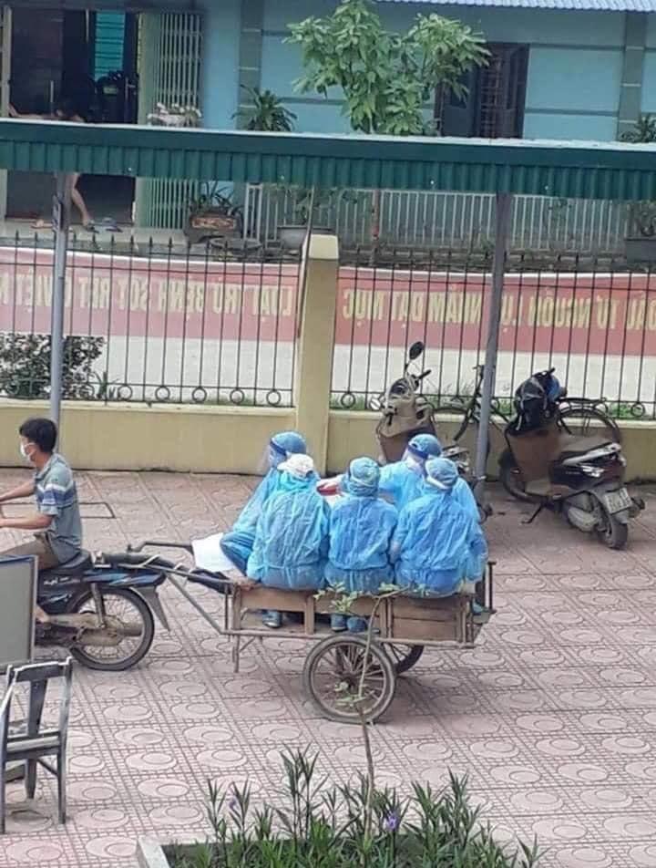 Tiết lộ xúc động về tấm ảnh nhân viên y tế đi xe ba gác ở Hà Nội