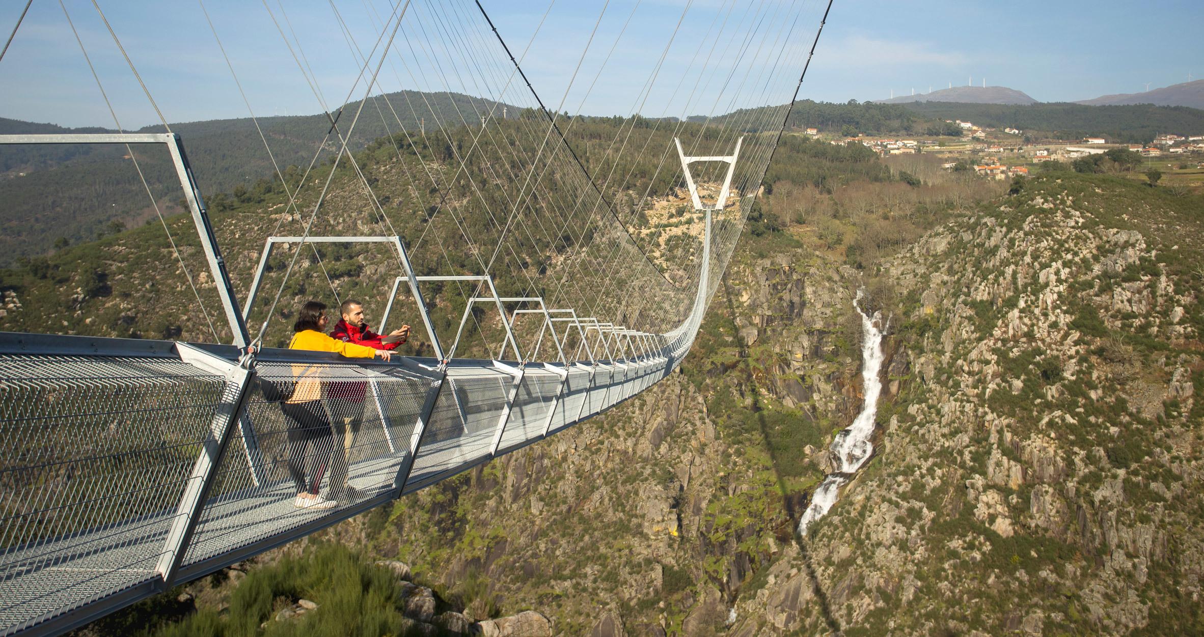 Cầu treo đi bộ dài nhất thế giới nằm vắt vẻo giữa hai ngọn đồi