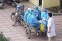 """Bác sĩ trong bức ảnh nhân viên y tế đi xe ba gác: """"Tình huống chống dịch rất cấp bách""""!"""