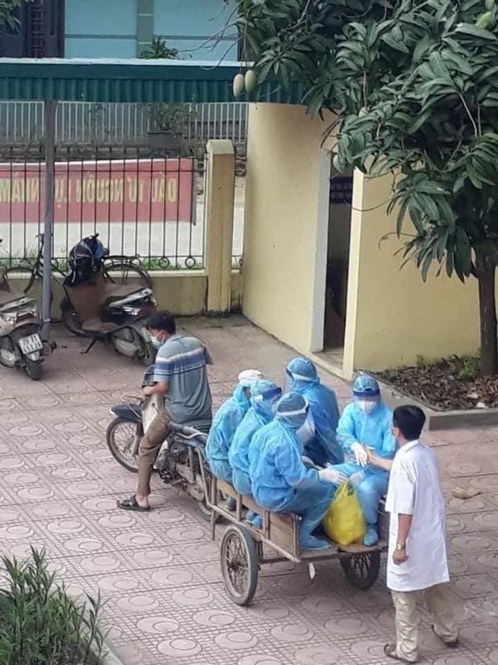 Bác sĩ trong bức ảnh nhân viên y tế đi xe ba gác: 'Tình huống chống dịch rất cấp bách'!