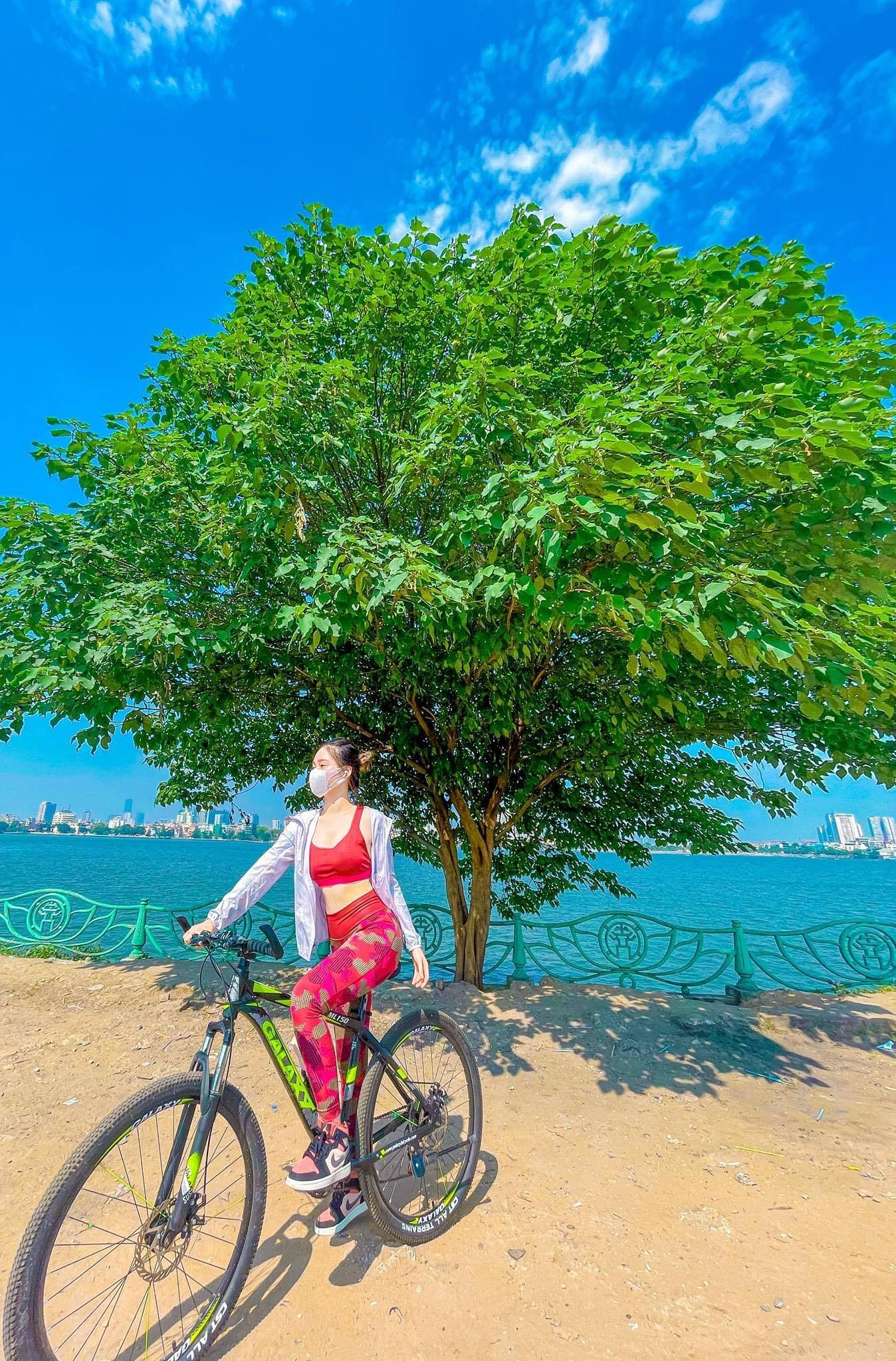 """Chân dung nữ sinh 2K bịt khẩu trang đạp xe thể dục vẫn """"gây thương nhớ"""""""
