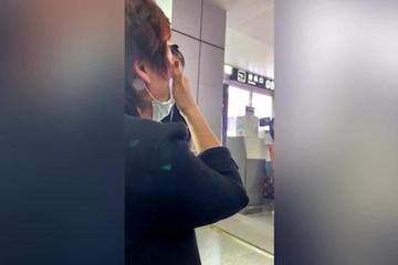 Người phụ nữ gào khóc thảm thiết ở sân bay, 'xé lòng' khi biết lý do