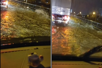 """Hà Nội: Đường vành đai 3 trên cao thành... """"đường sông"""" sau cơn mưa dông chiều nay"""