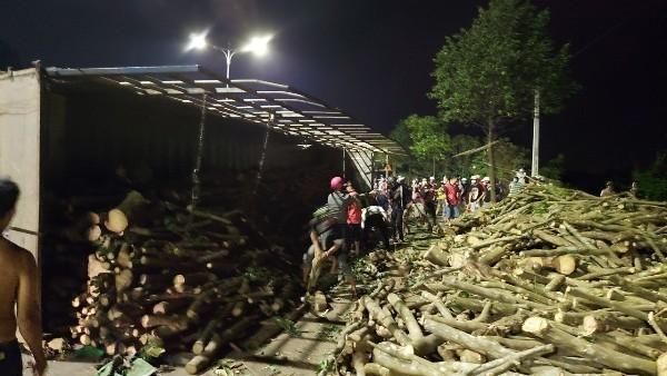 Tai nạn kinh hoàng: Xe tải biển số Lào đâm nát xe con khiến 1 người tử vong