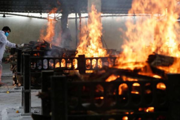 Khủng hoảng tro cốt ở các nhà hỏa táng Ấn Độ giữa 'sóng thần' Covid-19