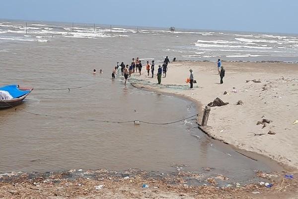 cuốn trôi,học sinh,mất tích,đuối nước,tắm biển,Nam Định
