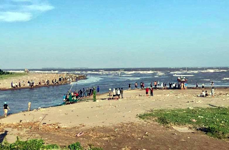 3 học sinh mất tích khi ra biển chơi ở Nam Định: Gió lớn, công tác tìm kiếm gặp khó