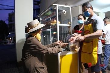 Tủ bánh mì thịt, trứng 2.000 đồng của cán bộ phường tìm bán cho người nghèo