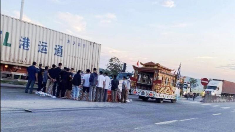 tai nạn,Nghệ An,quốc lộ,cọc tiêu,container,mất lái