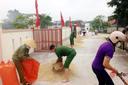 Thấy trời sắp mưa to, Công an hối hả lao ra đường giúp dân thu lúa