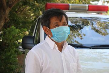 Ông Đoàn Ngọc Hải đang được lấy mẫu bệnh phẩm xét nghiệm Covid - 19