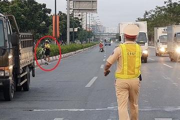 Vác xe đạp bỏ đi khi thấy CSGT xử phạt lỗi chạy sai làn
