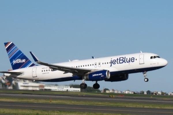 Xì mũi vào chăn trên máy bay, người đàn ông bị phạt 10.500 USD