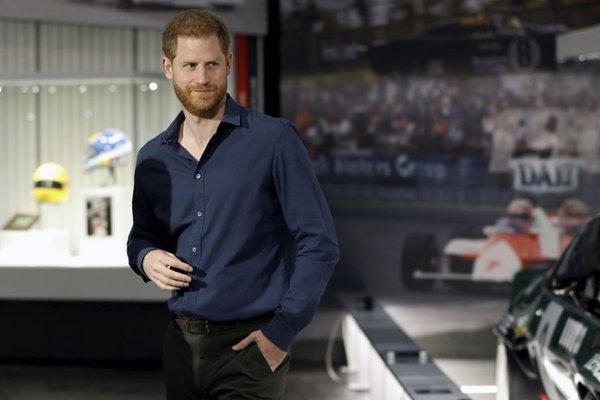 Hoàng tử Harry muốn rời khỏi Hoàng gia Anh khi mới 20 tuổi
